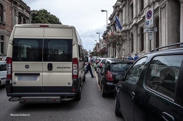 Via Cavour, ingresso Palazzo dei Leoni
