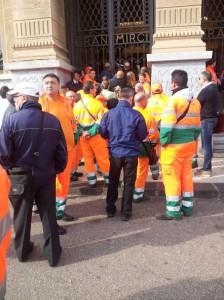 Lavoratori di MessinAmbiente protestano davanti a Palazzo Zanca