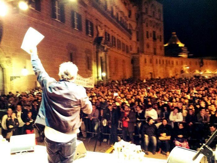Il deputato Siragusa mostra alla folla la mozione di sfiducia a Crocetta