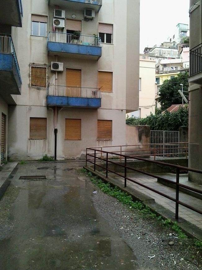 Messina citt allo sbando torrenti di fogna in via pietro castelli - Puzza di fogna in casa ...