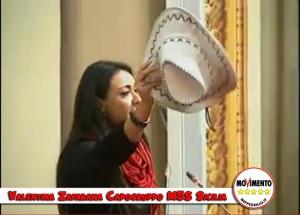 Valentina Zafarana, capogruppo 5 Stelle all'ARS, regala a Crocetta il cappello da texano