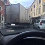 #Messina. TIR blocca il traffico per 40 minuti per scaricare la merce