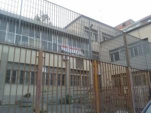 I cancelli chiusi della ex scuola Ugo Foscolo