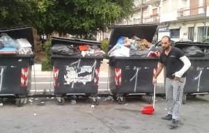 Commercianti Barcellona puliscono rifiuti 7-6-2015 c