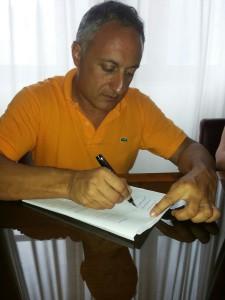 Il commissario Filippo Romano mentre firma la proroga