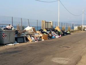 Rifiuti in via Circonvallazione Tirrena