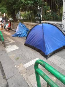 I marciapiedi occupati dalle tende degli ambulanti