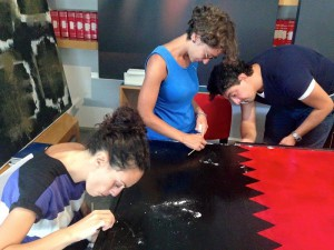Studenti dell'Horcynus Summer School a lavoro su una tela
