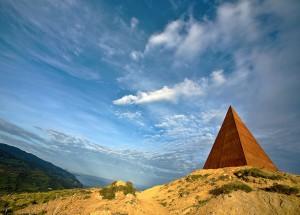 La_piramide_Fiumara_d'arte