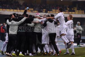 La squadra esulta senza Ballardini (foto palermocalcio.it)