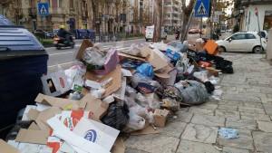 Via Garibaldi 30-1-2016 cassonetti, rifiuti b