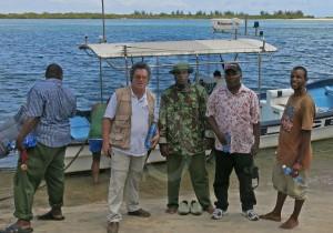 Il professor Tusa con la polizia marittima di Ngomeini