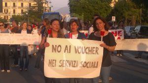 Una delle tante proteste dei lavoratori dei servizi sociali