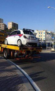 La Fiat 500 Abarth portata via dal carroattrezzi (foto da fb)