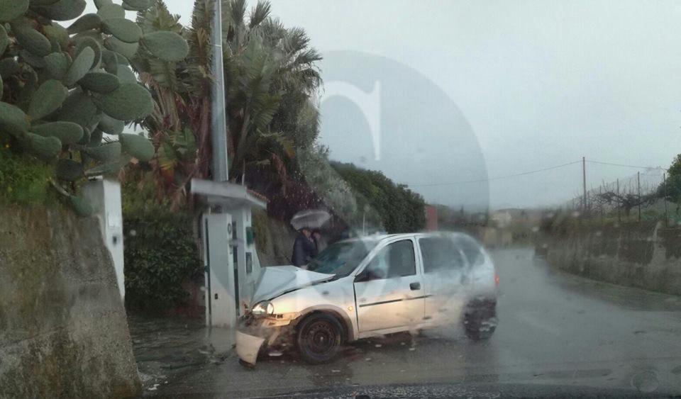 #Barcellona. Perde il controllo dell'auto e si schianta contro un cancello