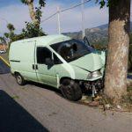 #SanPierNiceto. Incidente, furgone si schianta contro un albero