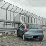 Cronaca. Incidente in autostrada, Fiat Punto si schianta su guard rail