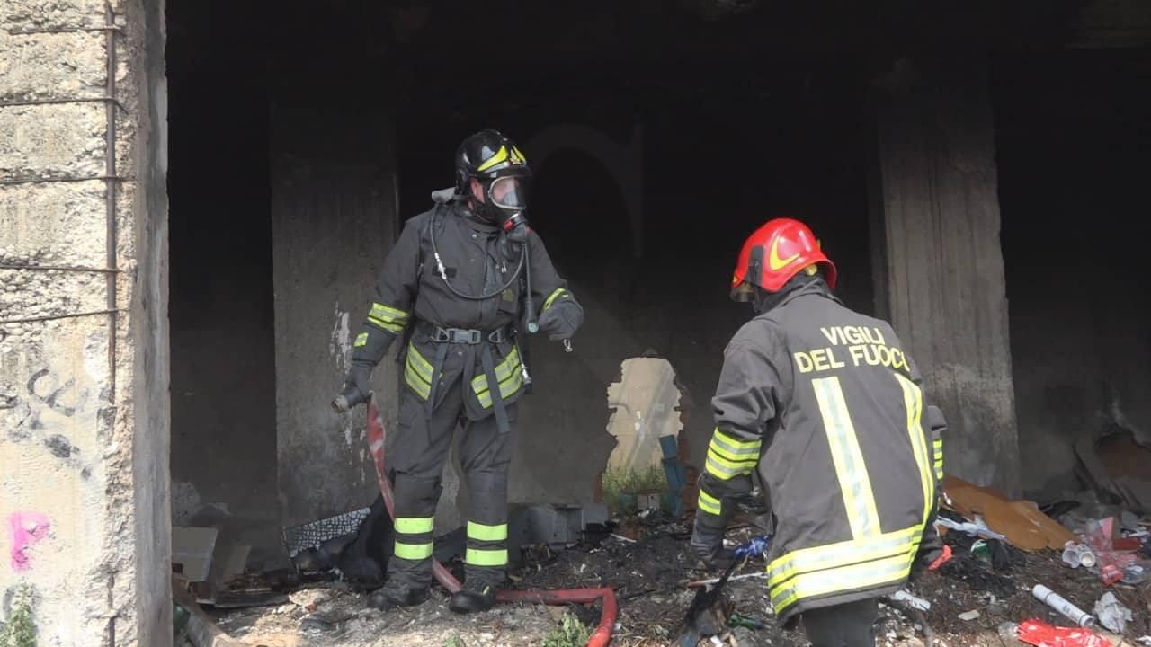 Cronaca. Messina, incendio nell'ex deposito FS in via Gibilterra