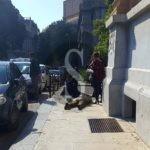 Cronaca. I faretti inseriti nel marciapiede di Palazzo Zanca non sono fissati: cade e si spezza un braccio