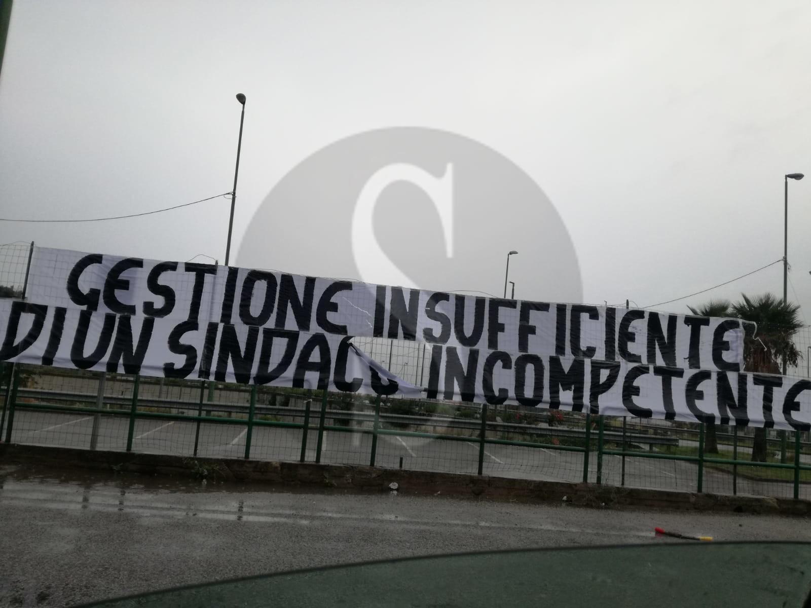 Cronaca. I tifosi del Messina contro il sindaco De Luca: striscioni di protesta fuori dal San Filippo