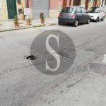 Cronaca. Profonda buca in strada a Portosalvo da giorni, ma nessuno interviene per risolvere il problema
