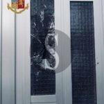 Sfonda il portone di casa della ex con un pugno: pregiudicato 57enne arrestato a Messina