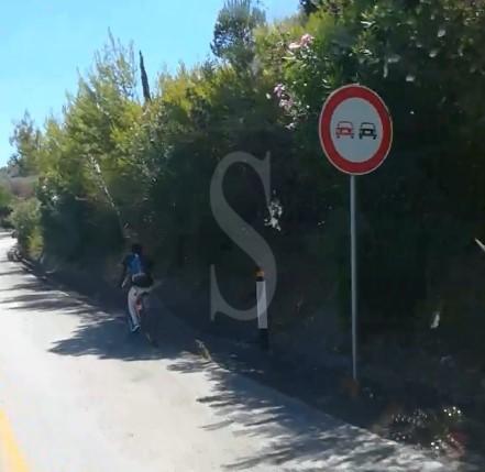 Clamoroso sulla Messina-Palermo: pedala indisturbato in autostrada