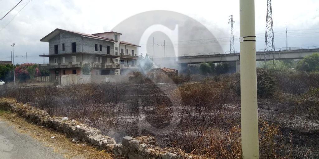 Barcellona PG, vasto incendio nella zona della Saia Garrisi. Preoccupazione tra i residenti