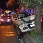 Messina, incidente in via La Farina: Fiat Panda si schianta contro un albero dello spartitraffico