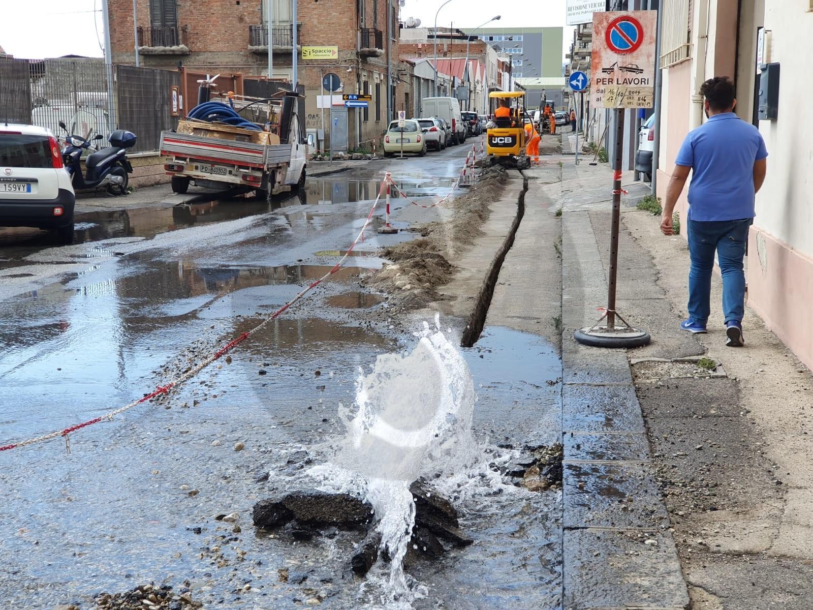 Messina, durante i lavori per la fibra rompono condotta AMAM: fiumi d'acqua in via Croce Rossa