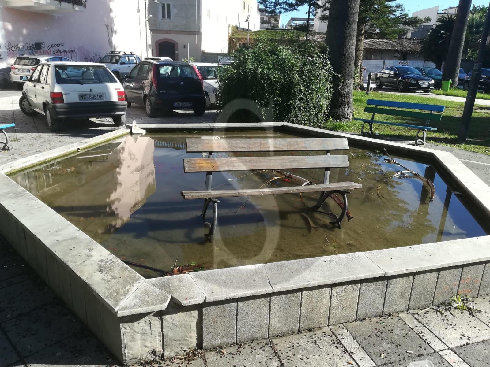 Vandali in azione a Barcellona PG: panchina divelta e gettata nella fontana