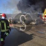 Milazzo, in fiamme cinque macchine parcheggiate: intervento dei Vigili del Fuoco