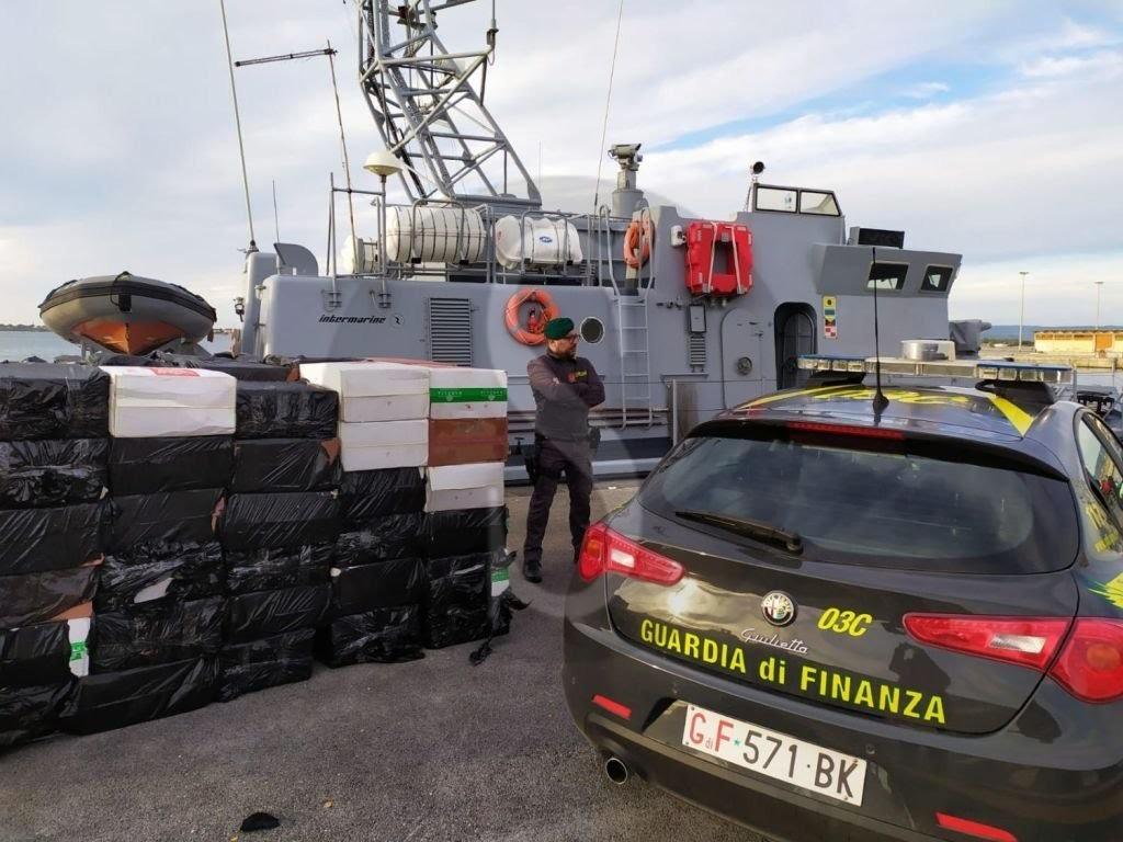 Tabacco illecito nei mari siciliani, la Guardia di Finanza arresta 17 contrabbandieri