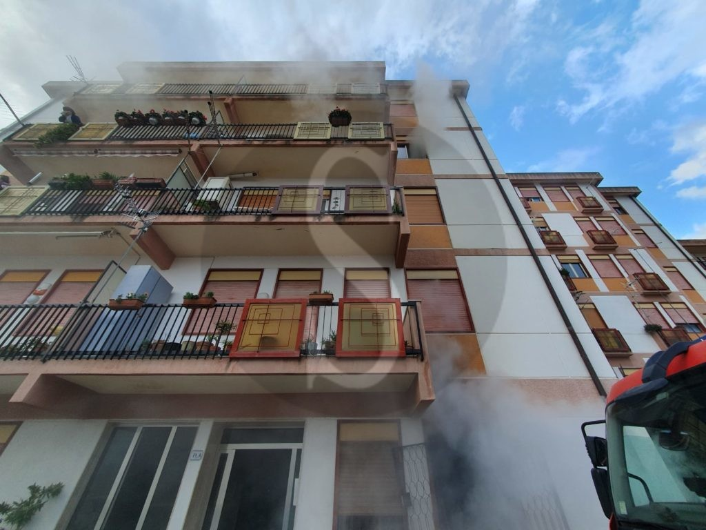 Messina, grave incendio in via Consolare Pompea: salvati due anziani