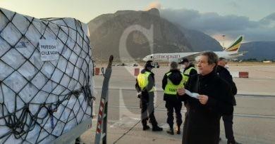 Coronavirus, atterrato a Palermo un carico di 40 tonnellate di dispositivi sanitari acquistato dalla Regione