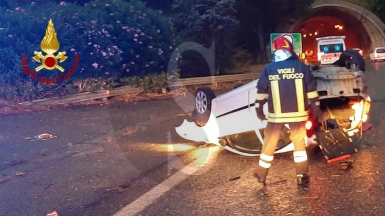 Incidente all'alba nei pressi dello svincolo Messina centro, auto si ribalta: ferita la conducente