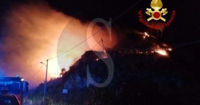 Divampano incendi nella zona Tirrenica, niente luce e linee Telecom a contrada Musarra